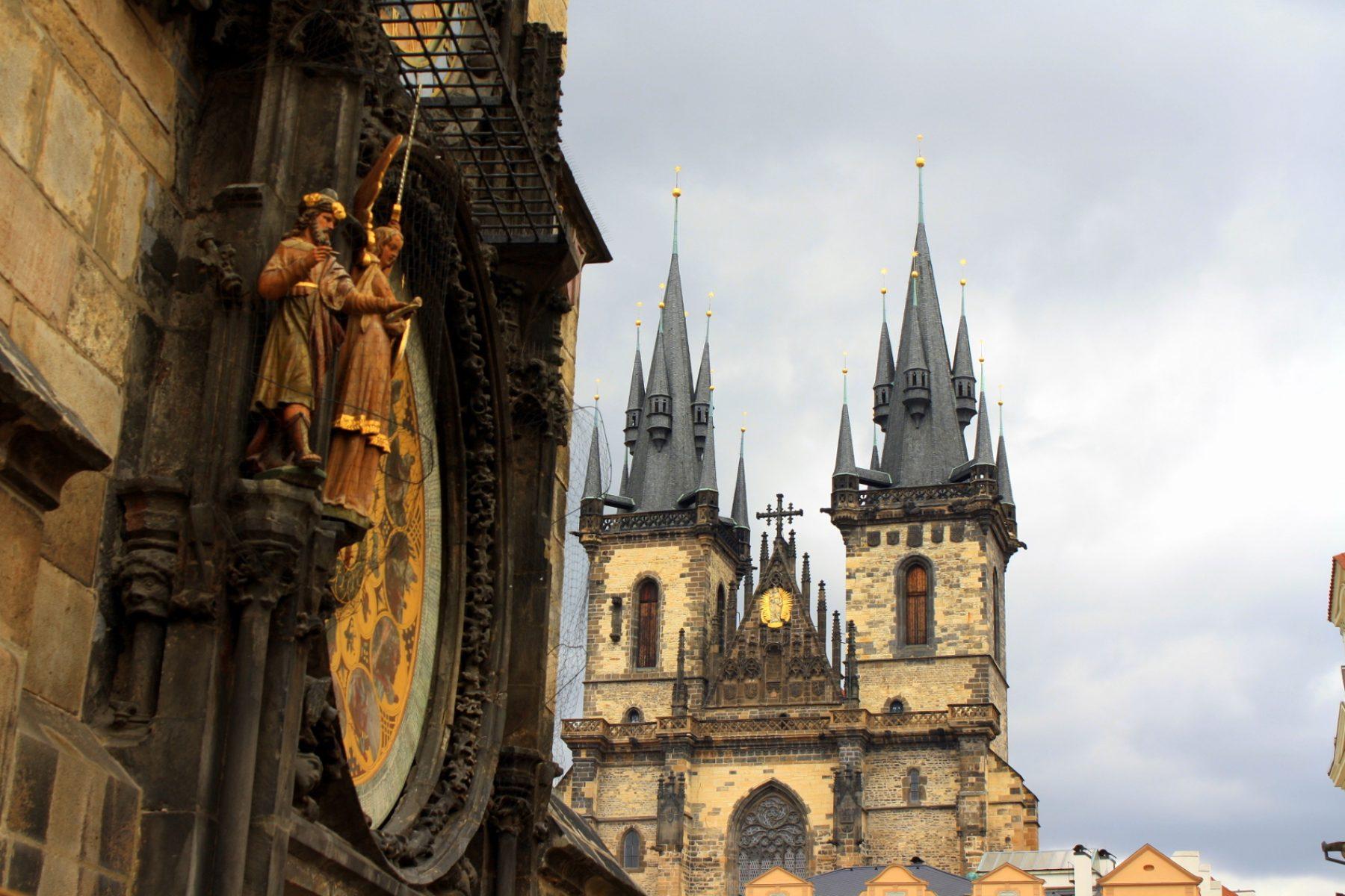 Vue Sur la cathédrale the Thyn et l'horloge astronomique